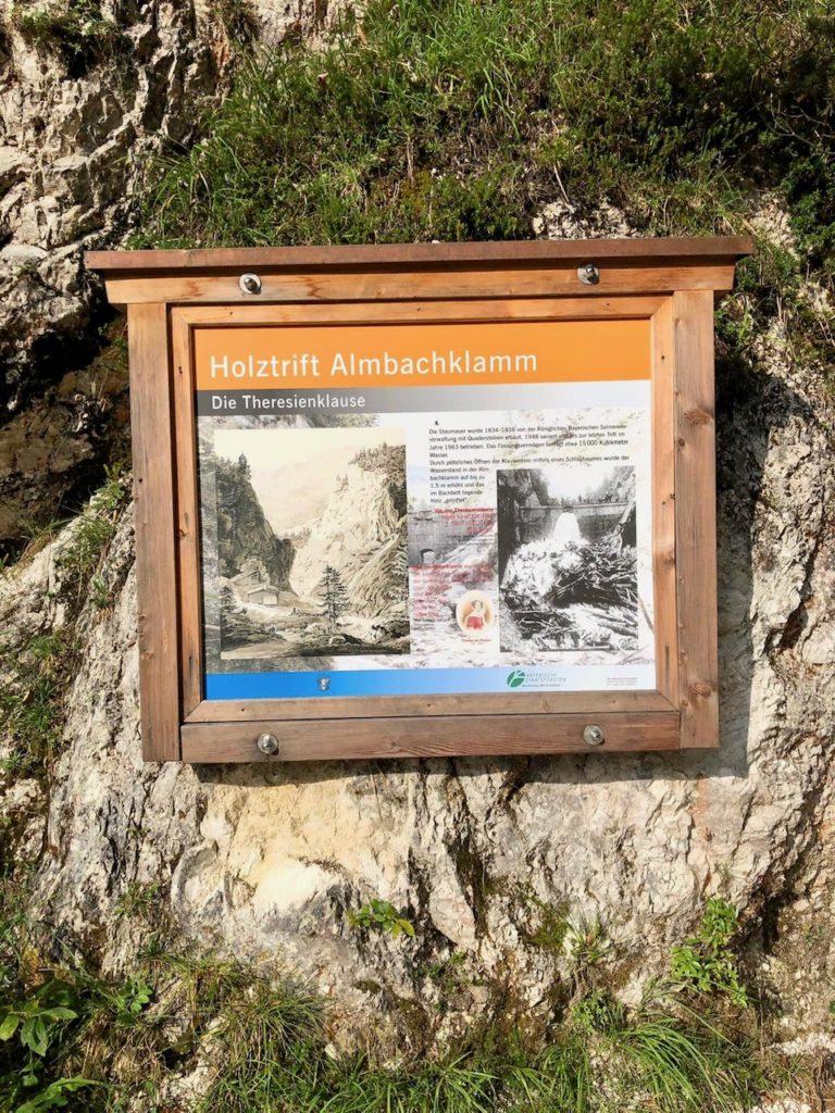 Eine Tafel in der Klamm informiert über die Holztrift