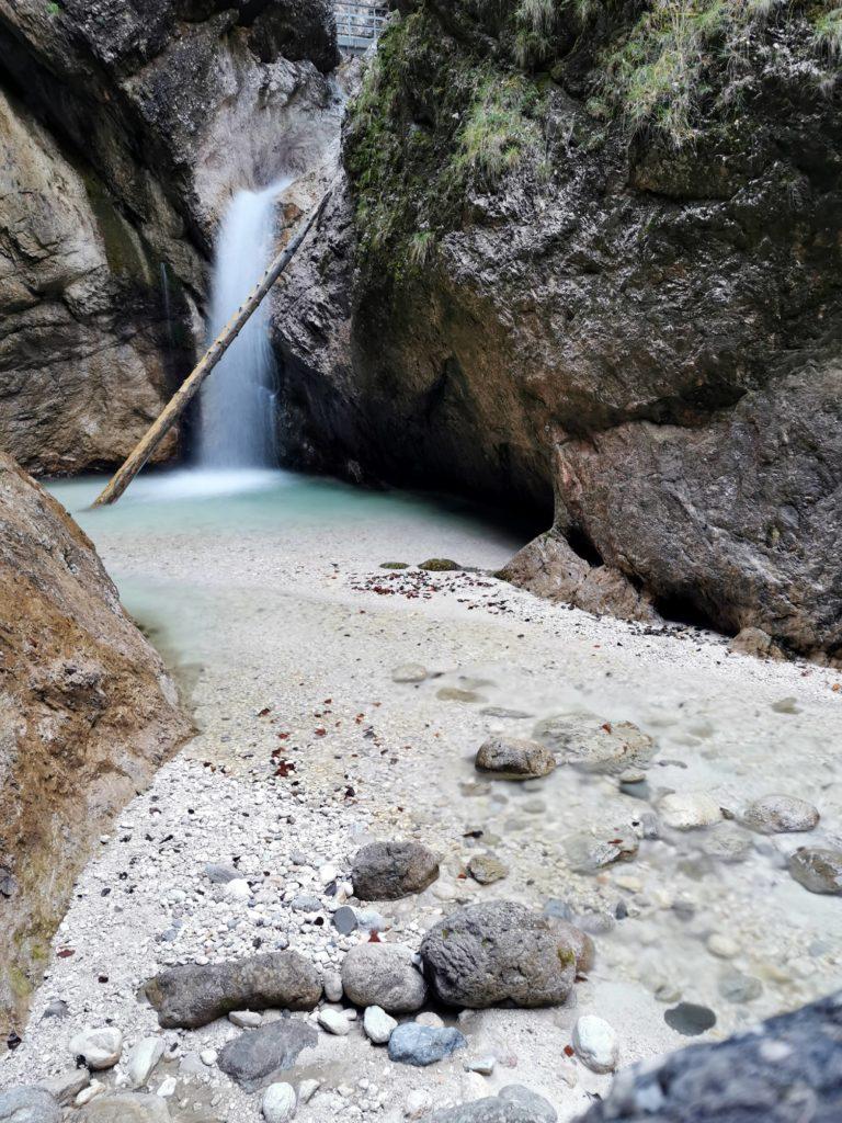 Eindrucksvoller Wasserfall in der Almbachklamm