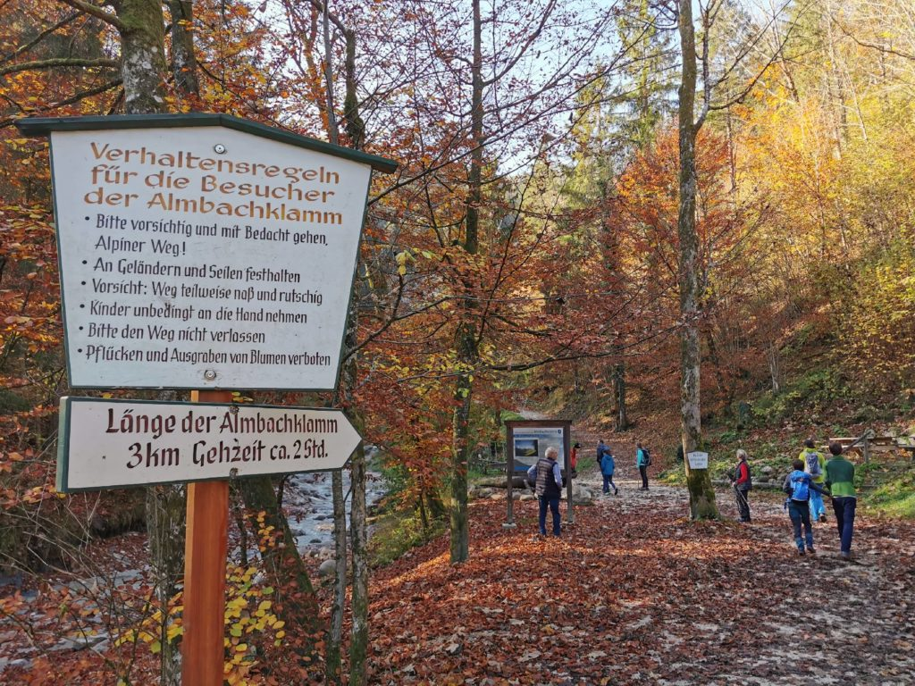 Die Wanderung in die Klamm beginnt: 3 Kilometer und 2 Stunden, einfach gerechnet
