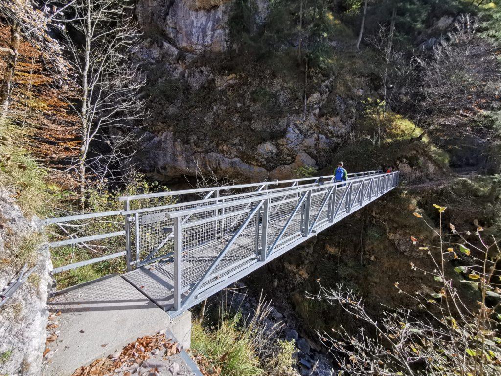 Über den Dunkelgraben führt diese lange Brücke Richtung Ettenberg