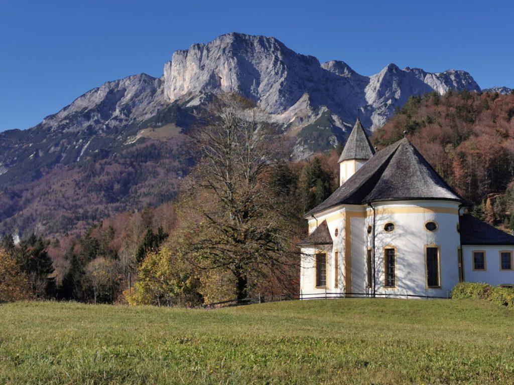 Berchtesgaden Sehenswürdigkeiten: Ettenberg mit seiner Kirche und den Bergen