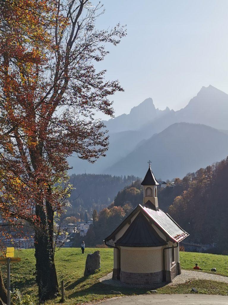 Berchtesgaden Sehenswürdigkeiten: Die Kapelle mit Blick auf den Watzmann