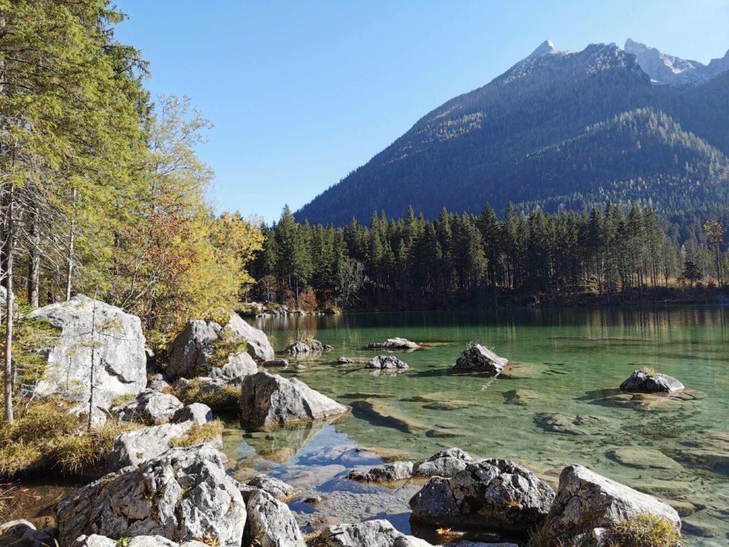 Schöner Abschnitt bei der Wanderung am See mit den Felseblöcken und dem Bergblick