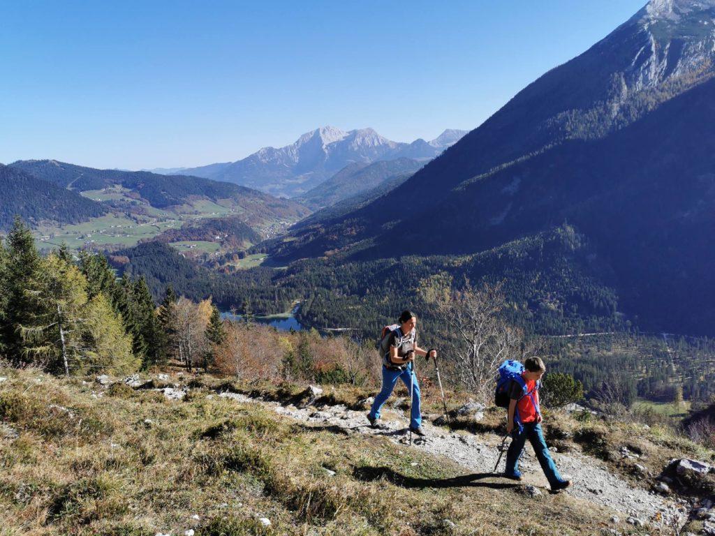 Hintersee wandern auf die Halsalm - mit Bilck auf den See in Bayern