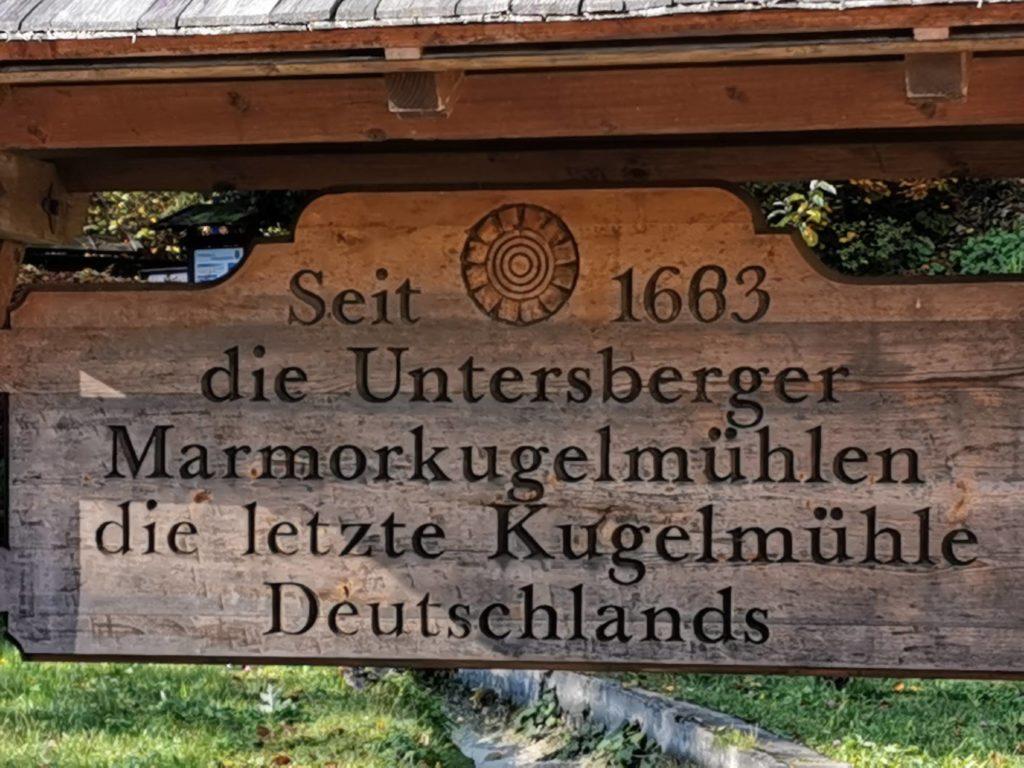 Bayern Sehenswürdigkeiten: Das Schild informiert über die Besondersheit in Marktschellenberg