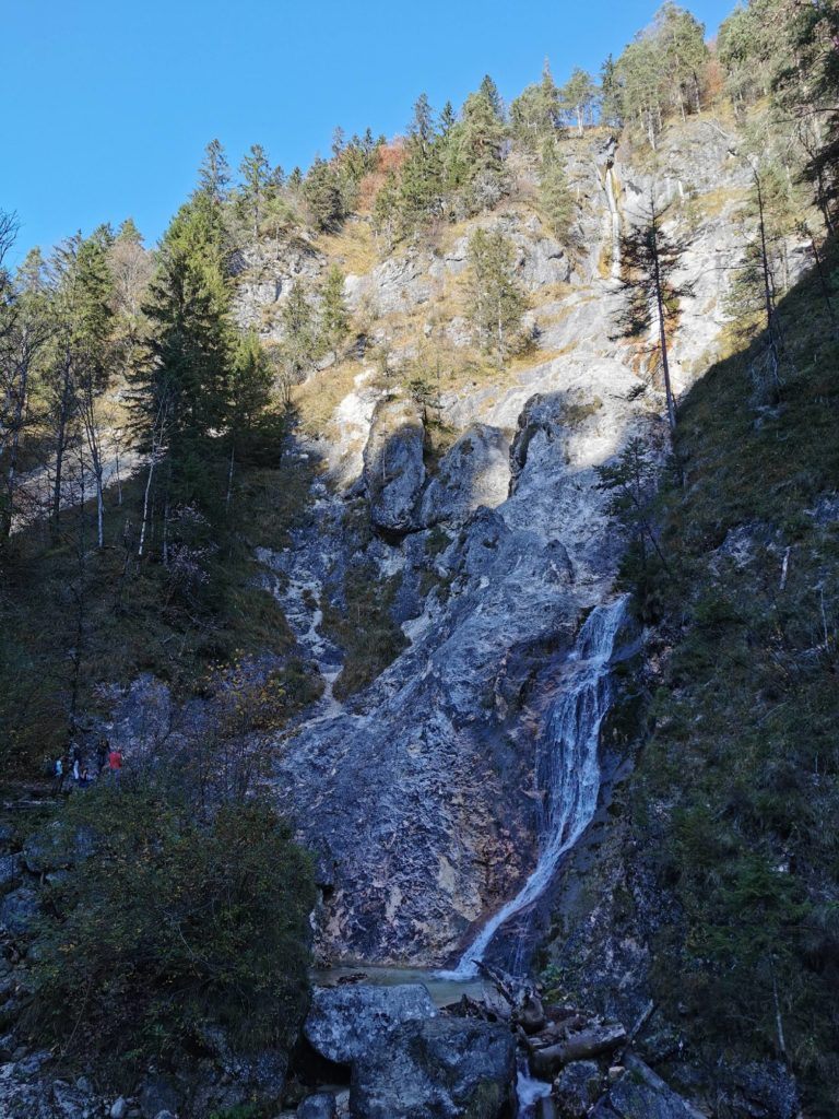 Sulzer Wasserfall - unten noch im Schatten, oben in der Sonne