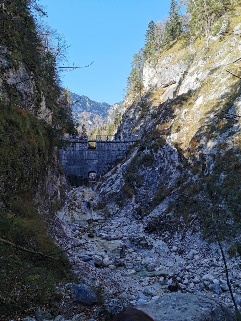 Die Theresienklause versperrt dem Wasser den Weg durch die Almbachklamm