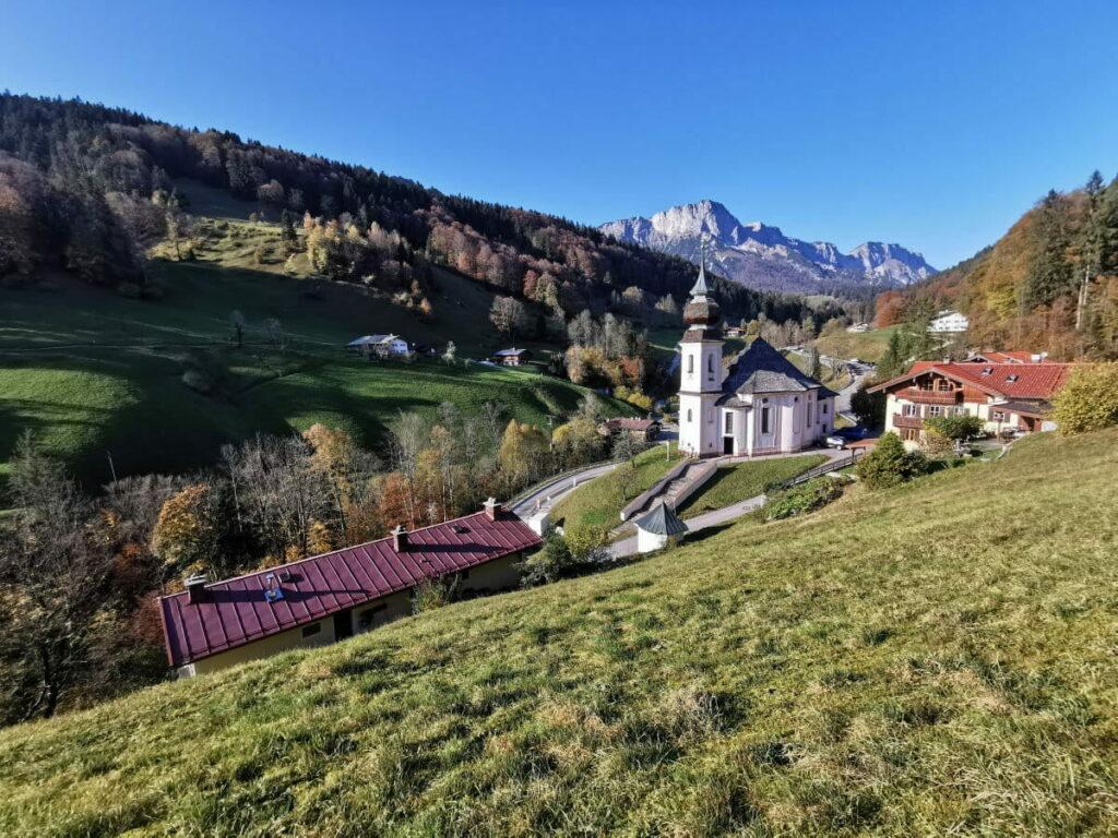 Der Weiler Maria Gern mit der Kirche und den Berchtesgadener Alpen