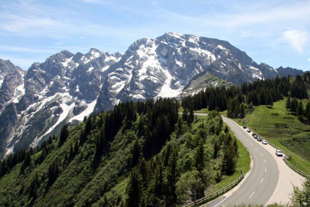 Rossfeld Panoramastrasse mit Blick auf die Berge - eine der Top Sehenswürdigkeiten in Berchtesgaden