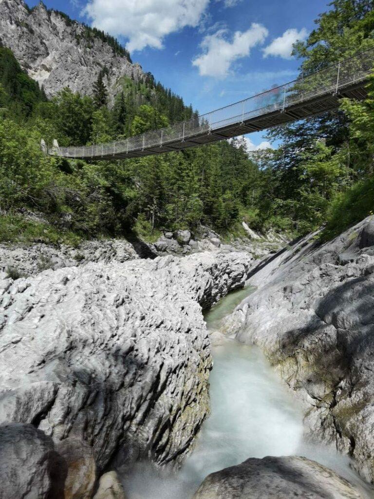 Die Klausbachtal Hängebrücke im Nationalpark Berchtesgaden - in der Nähe der Almbachklamm