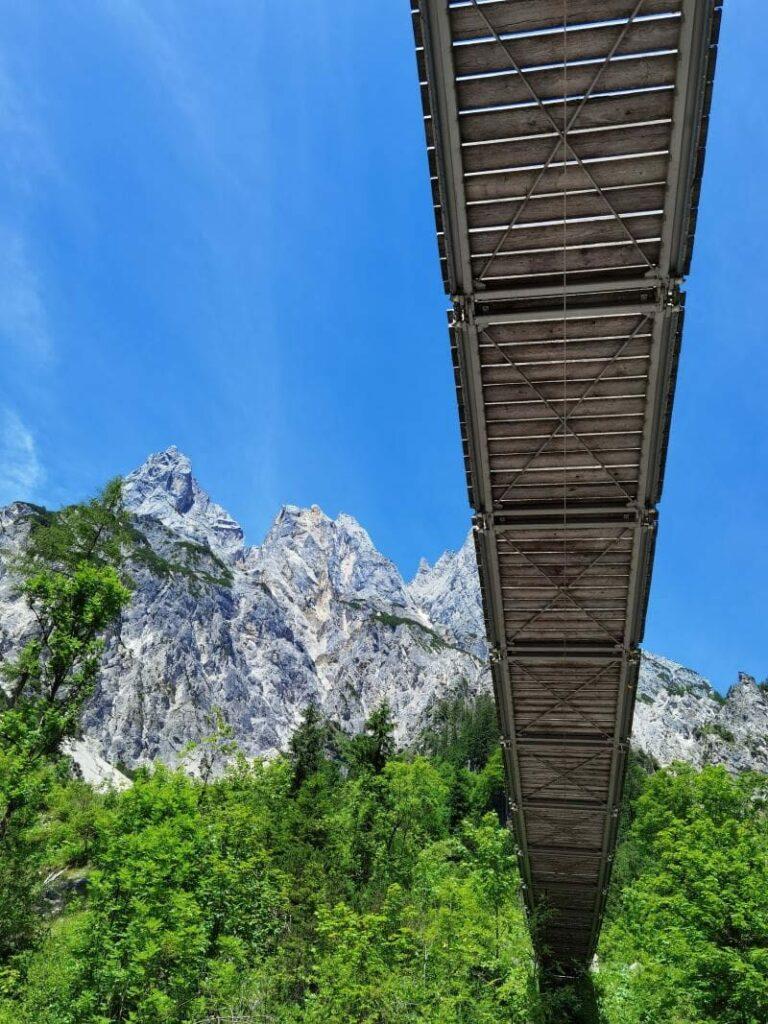 Die Klausbachtal Hängebrücke überspannt das ganze Tal - überragt von den imposanten Bergen der Berchtesgadener Alpen