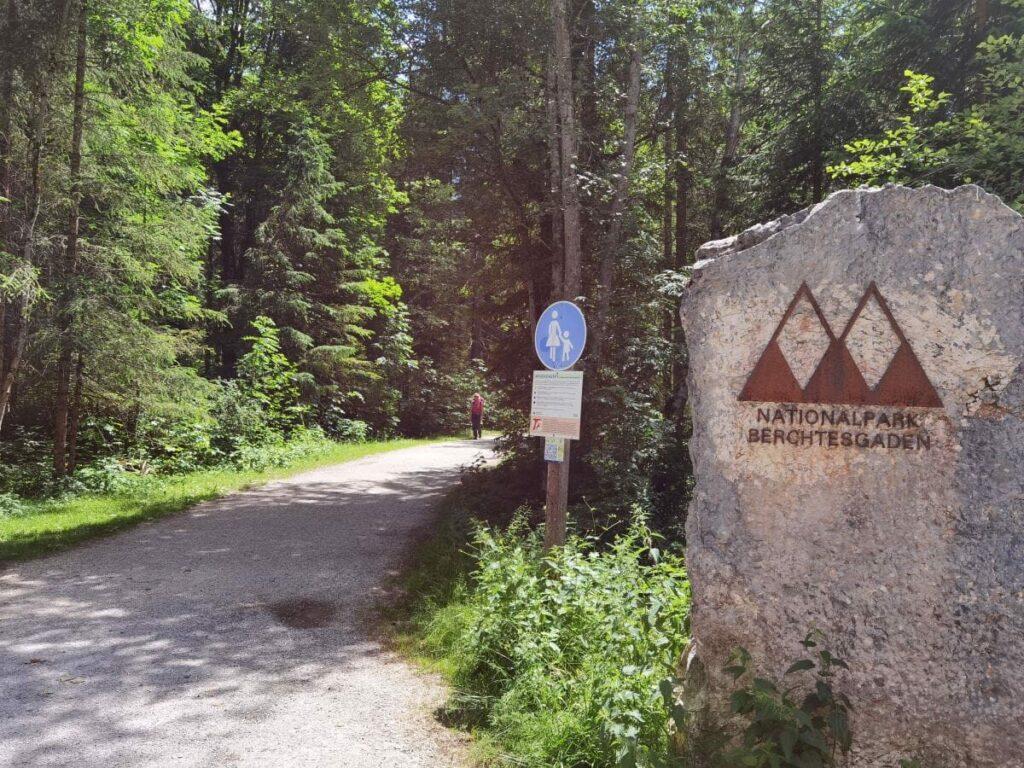 Im Klausbachtal wandern - hier zweigt der Wanderweg von Straße ab