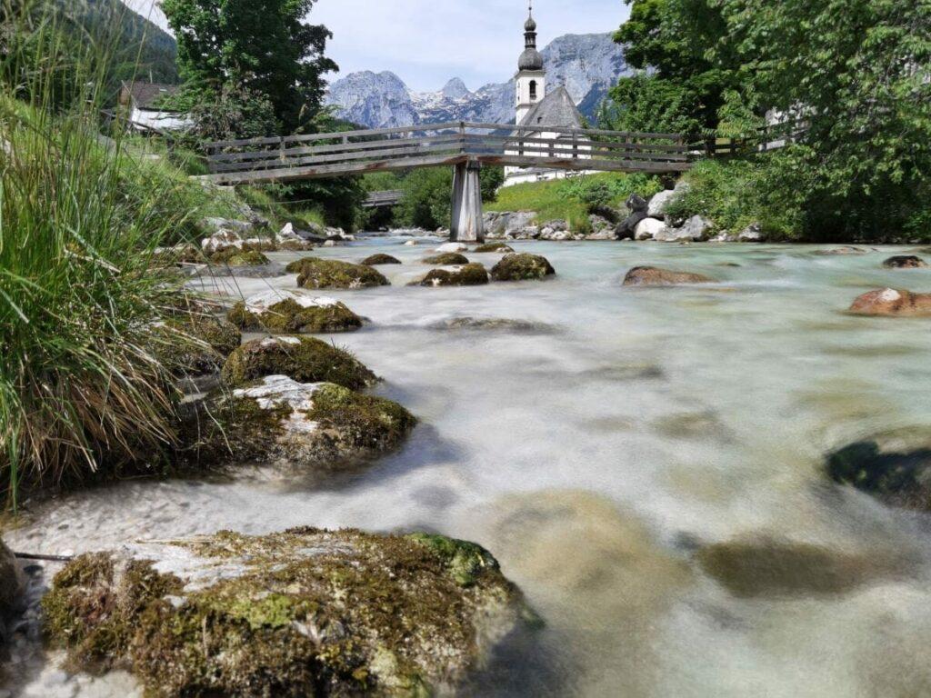 Auf dem Weg in den Zauberwald Ramsau kommst du an der berühmten Kirche St. Sebastian vorbei