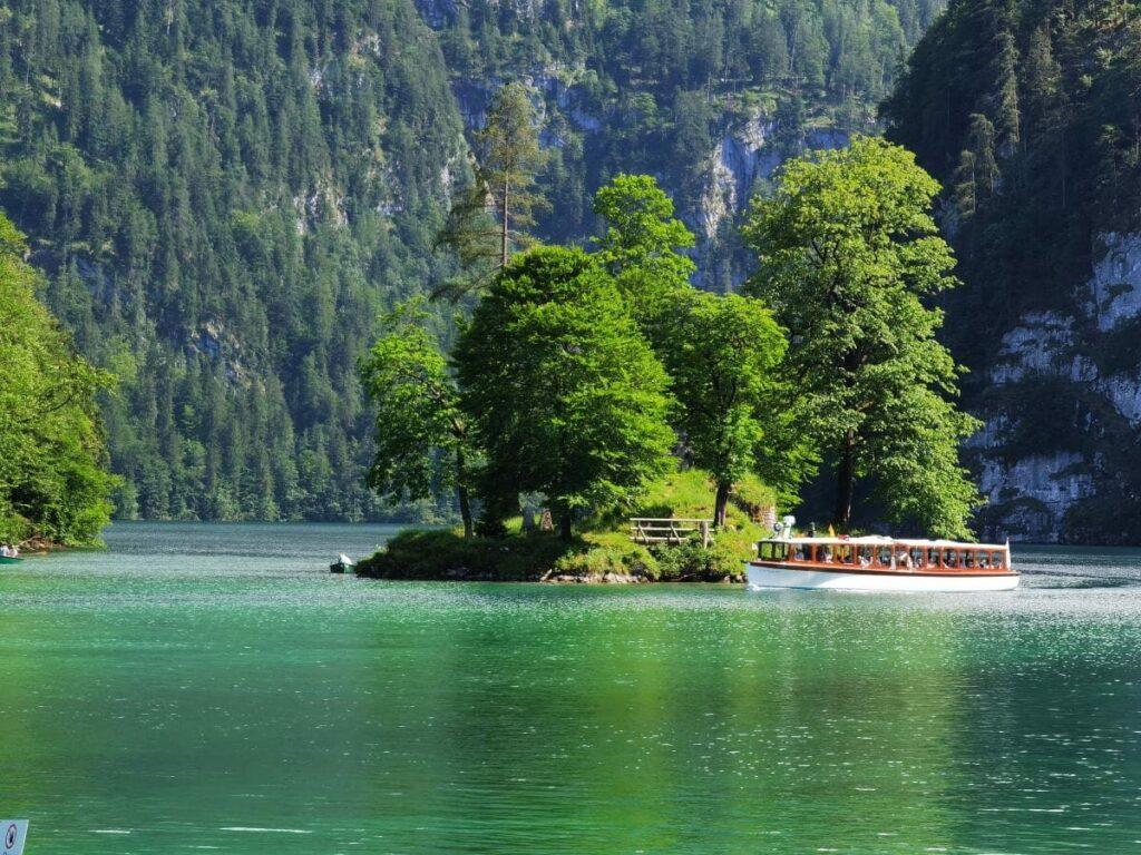 Der Königssee in Bayern - mit der einzigen Insel des Sees, nahe dem Ort Schönau