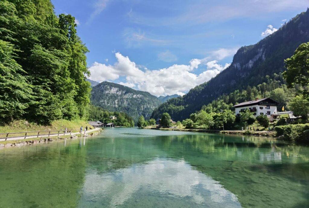 So schön ist der Königssee Bayern, wenn du vom Parkplatz an den See wanderst