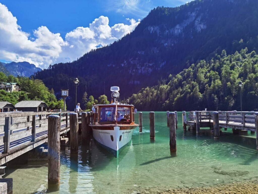 Beliebter Ausflug mit der Königssee Schifffahrt: Über das glasklare Wasser nach St. Bartholomä gleiten